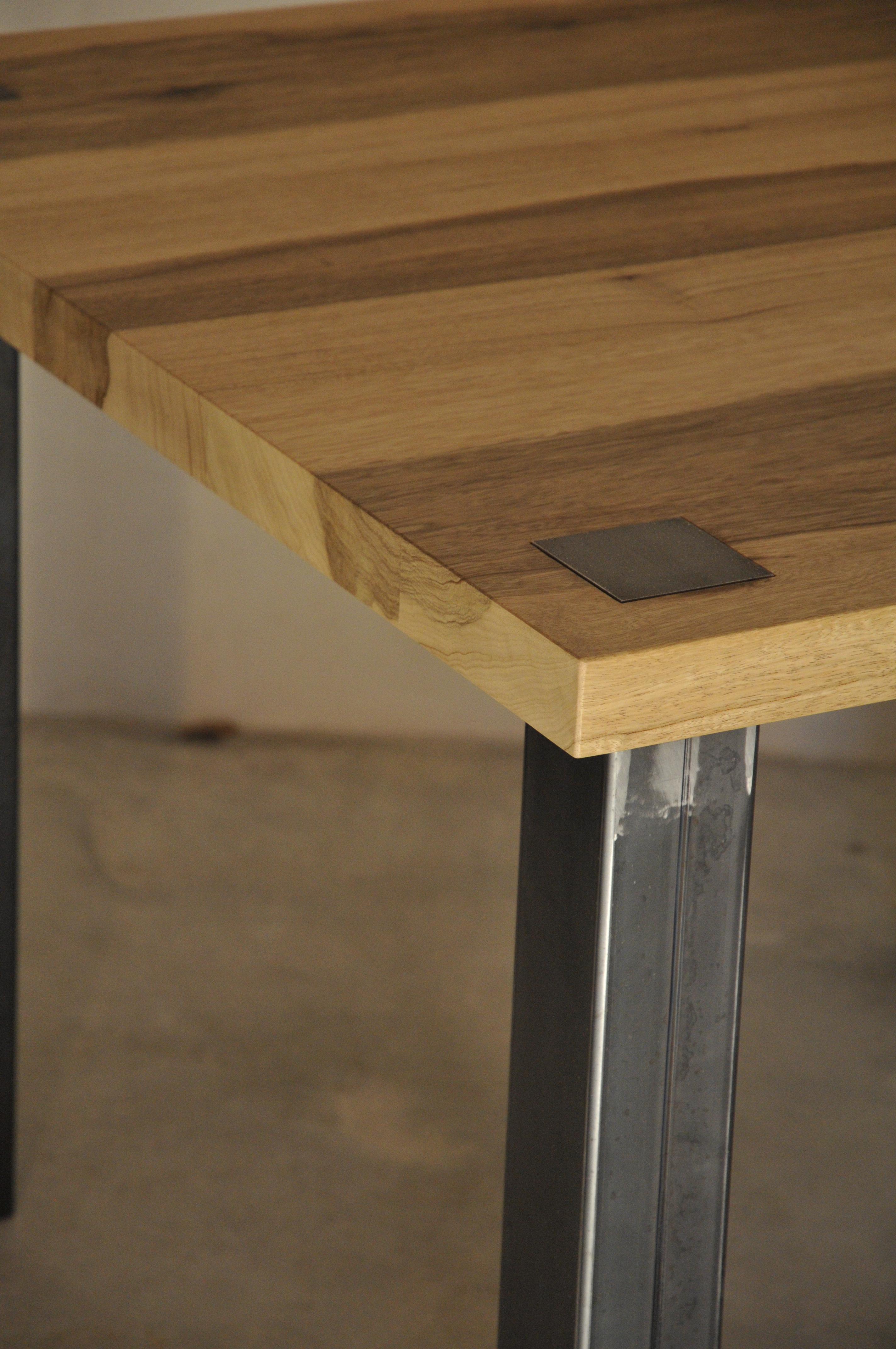 table en m tal et bois. Black Bedroom Furniture Sets. Home Design Ideas