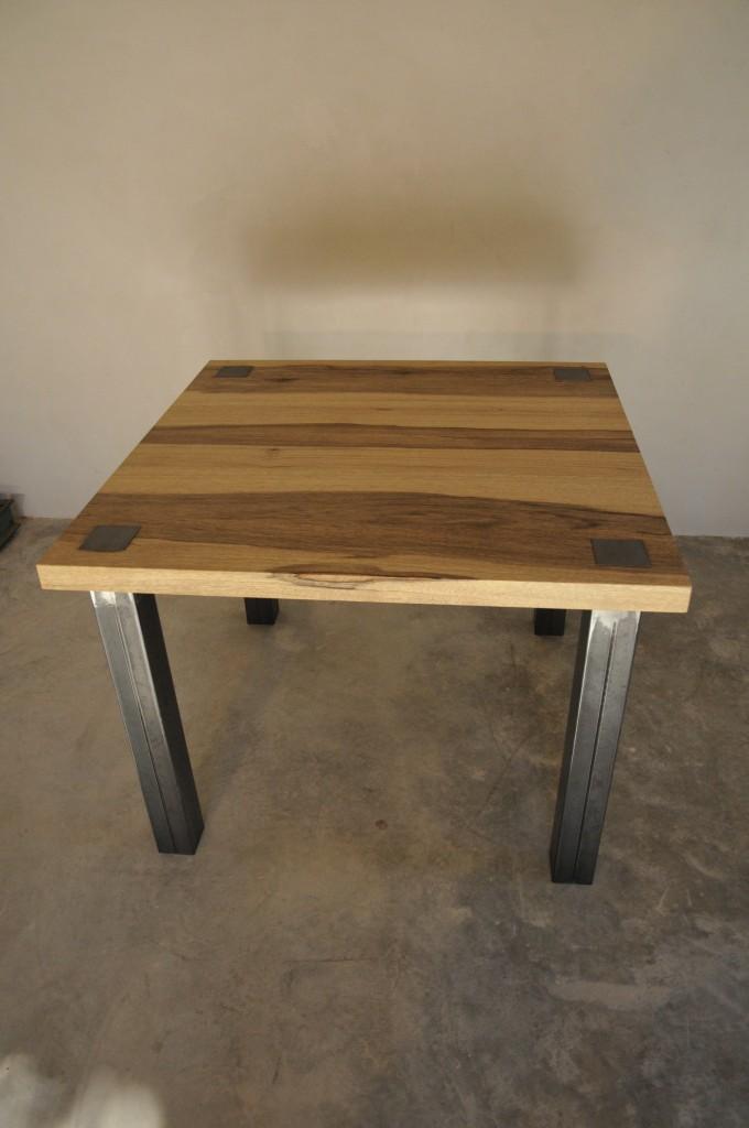 Table en métal et bois